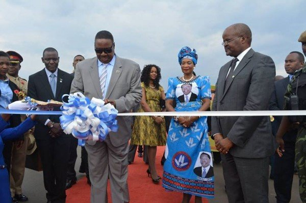 Mutharika cutting the ribbon to launch the road